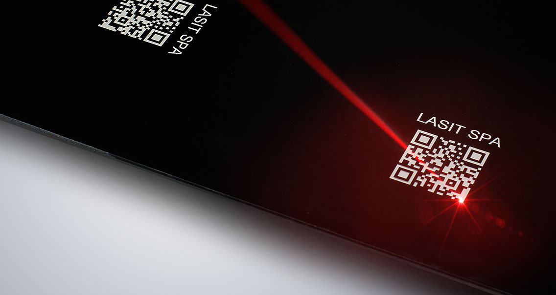 Foto-Articolo-LaserFibra-04-1 Автоматическая маркировка табличек с системой этикетирования