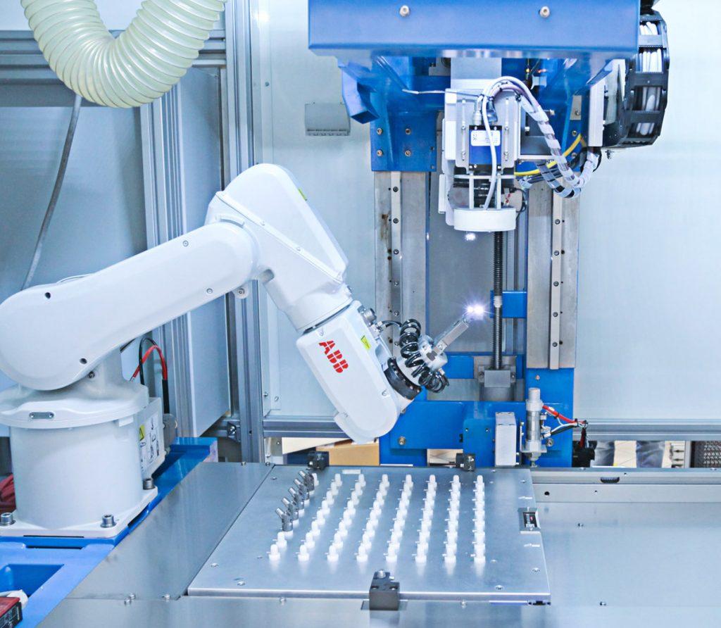 Robot01-1024x892 Лазерная маркировка медицинских компонентов из кобальта, стали M30NW и титана TA6V