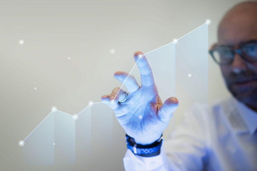 businessman-pointing-his-finger-to-a-growth-graph-scaled-1-1024x683 Индустрия 4.0: почему предприятиям необходима цифровая трансформация