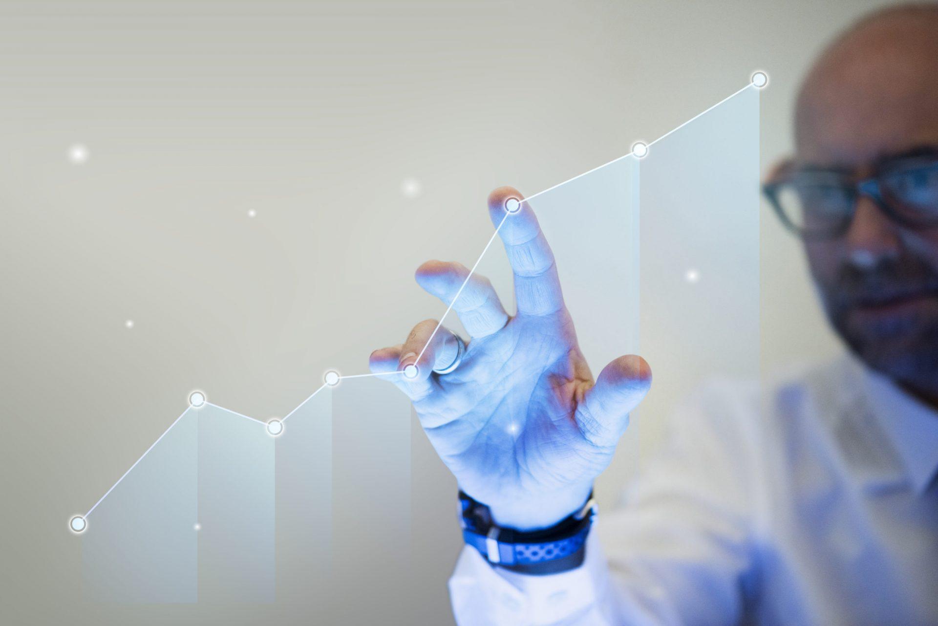 businessman-pointing-his-finger-to-a-growth-graph-scaled-1 Автоматическая маркировка табличек с системой этикетирования