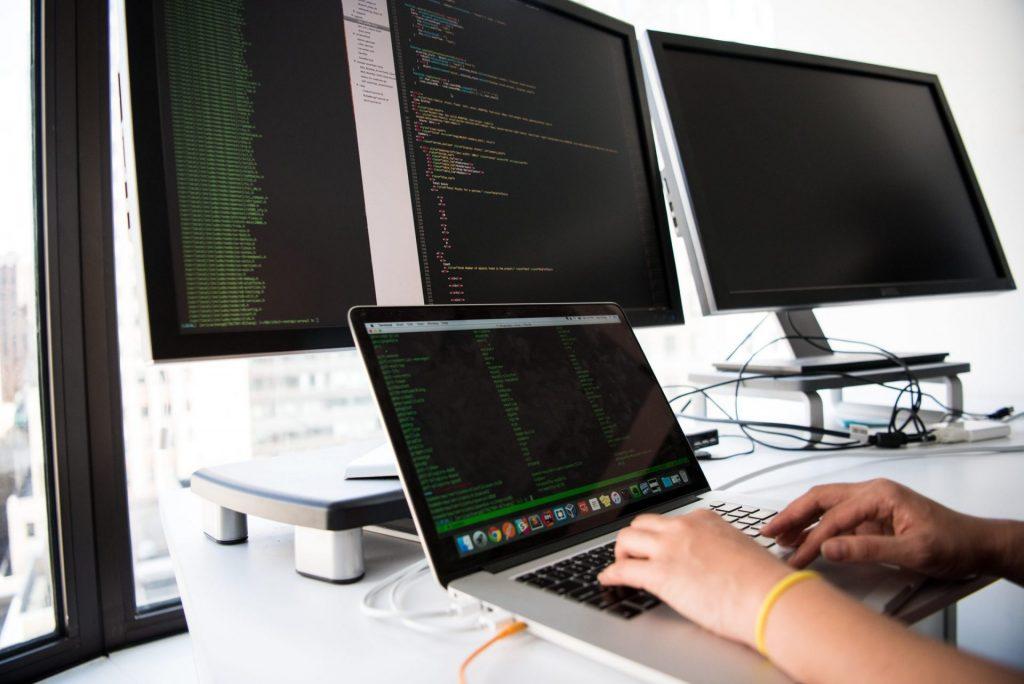 pexels-christina-morillo-1181675-scaled-1-1024x684 Индустрия 4.0: почему предприятиям необходима цифровая трансформация